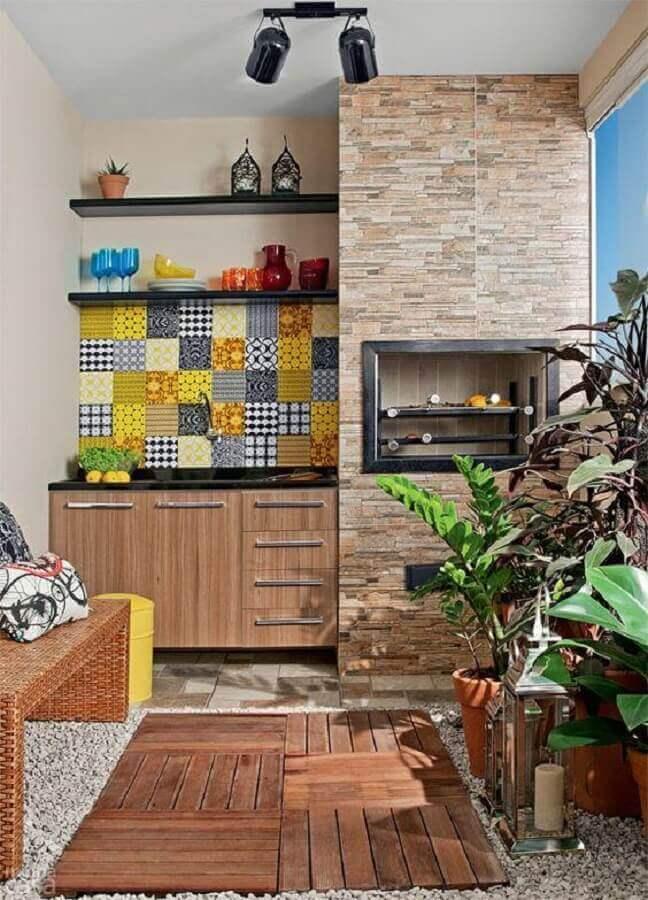 varanda com churrasqueira elétrica e revestimentos diferentes