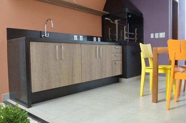 Área de churrasco compacta e bancada preta