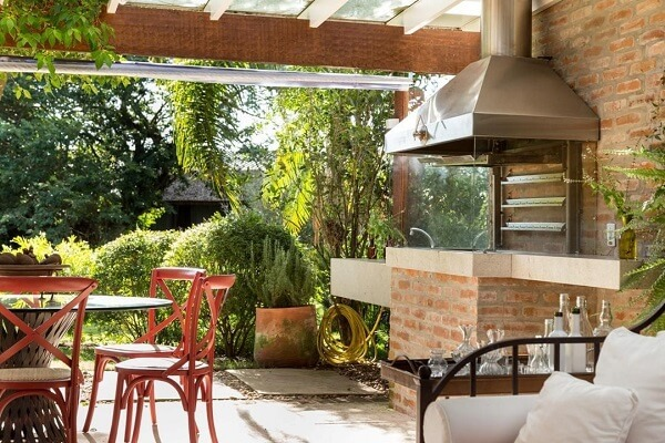 Área de churrasco feita com parede de tijolinhos