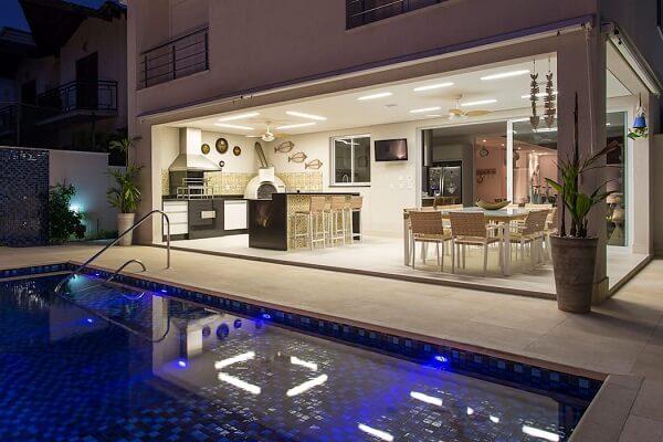Área de churrasco integra ao ambiente de piscina