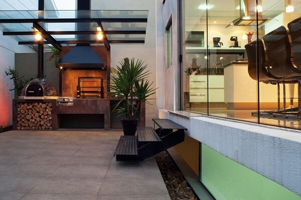 Área de churrasco protegida com teto de vidro