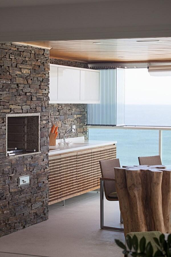 Área de churrasqueira com bancada branca