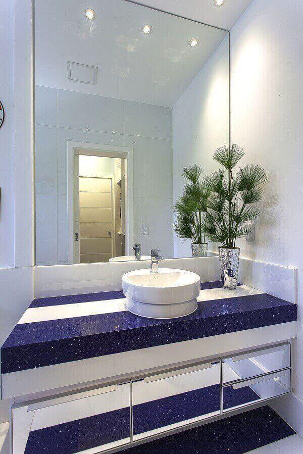 Bancada de banheiro azul e branca
