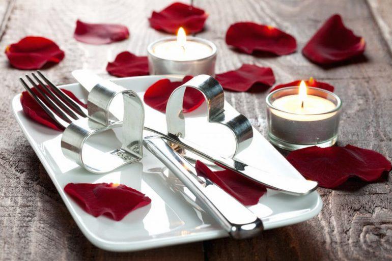 Jantar romântico com pétalas na mesa