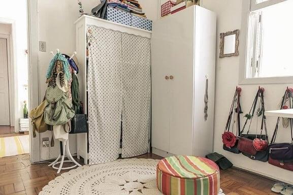 Armário cápsula com muitas bolsas Projeto de Casa Aberta