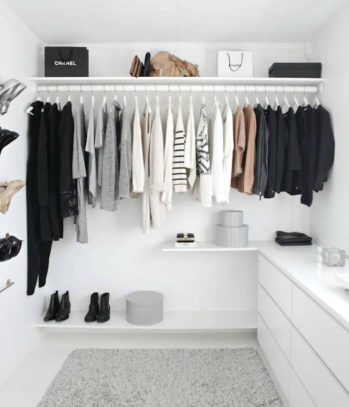 Armário cápsula com peças cinzas, brancas e pretas