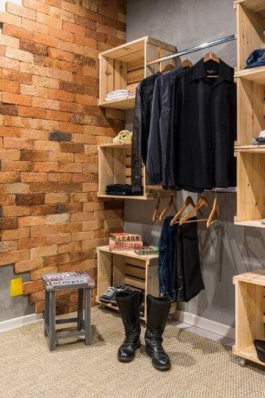 Armário cápsula com peças pretas Projeto de Morar Mais Por Menos Goiânia