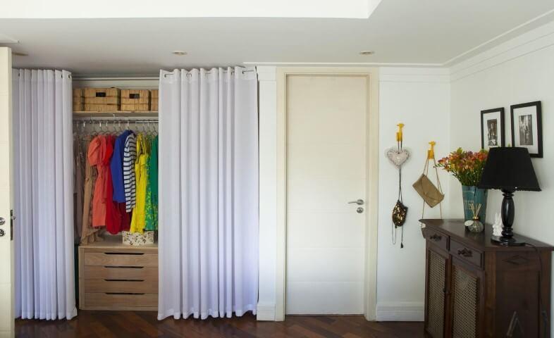 Armário cápsula com roupas coloridas Projeto de Buji