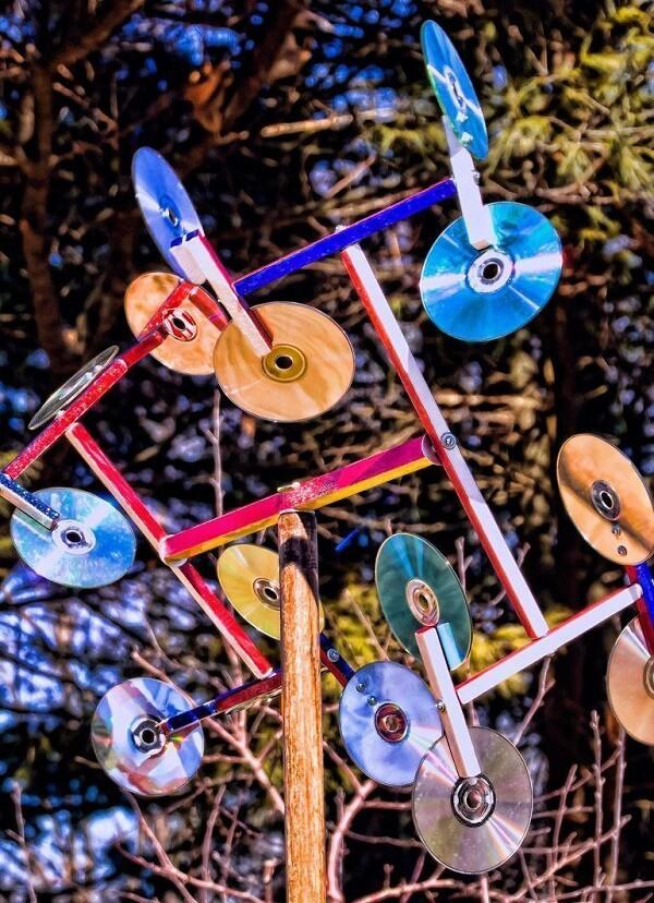 Arte feito de artesanato com CD fica exposta ao ar livre