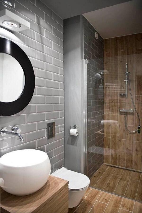 Azulejo para banheiro cinza se contrasta com a madeira