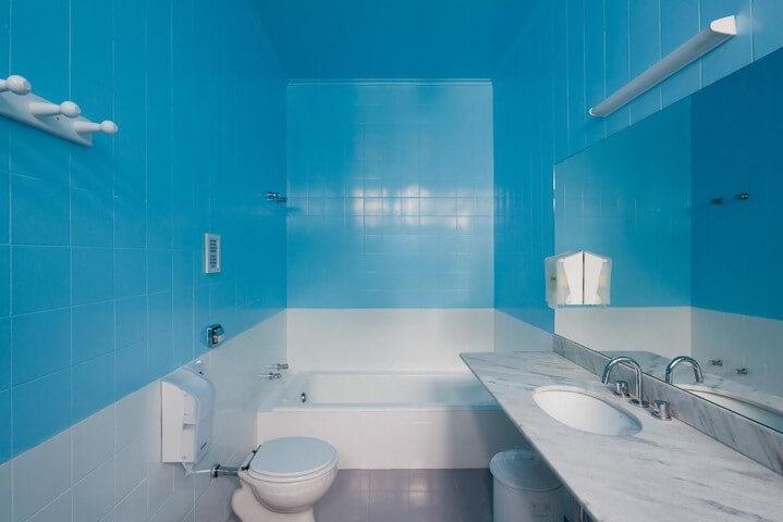 Azulejo para banheiro azul Projeto de Felipe Hess