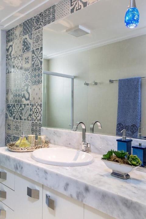 Azulejo para banheiro azul com diversas estampas Projeto de Bruno Sgrillo