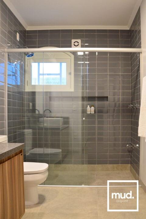 Azulejo para banheiro cinza Projeto de Larissa Neitzel