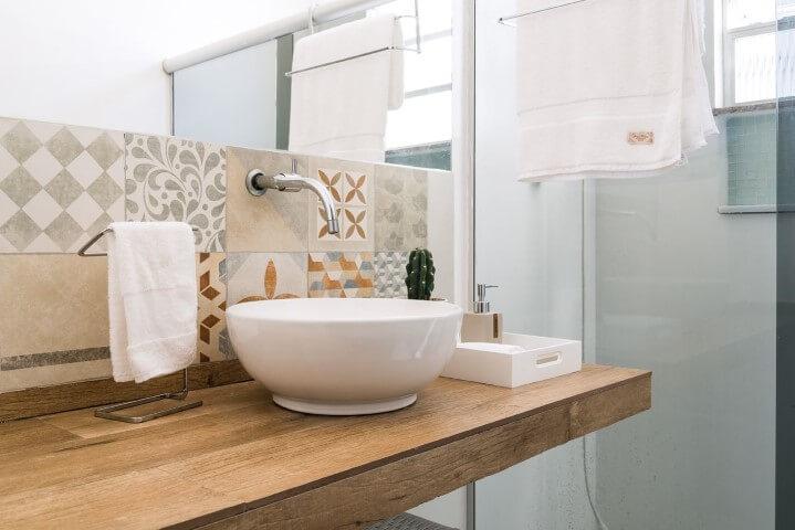 Azulejo para banheiro e bancada de porcelanato Projeto de Ana Carolina Campos França