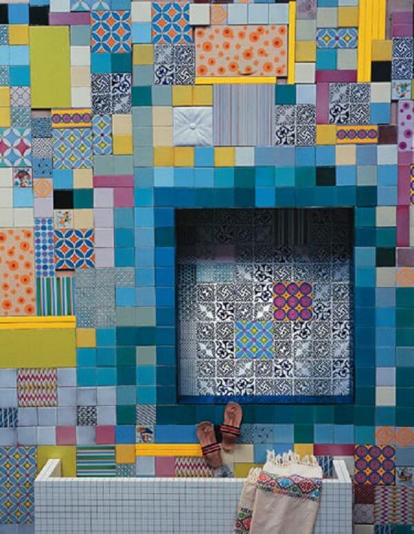 Azulejo para banheiro em patchwork encanta a decoração do espaço