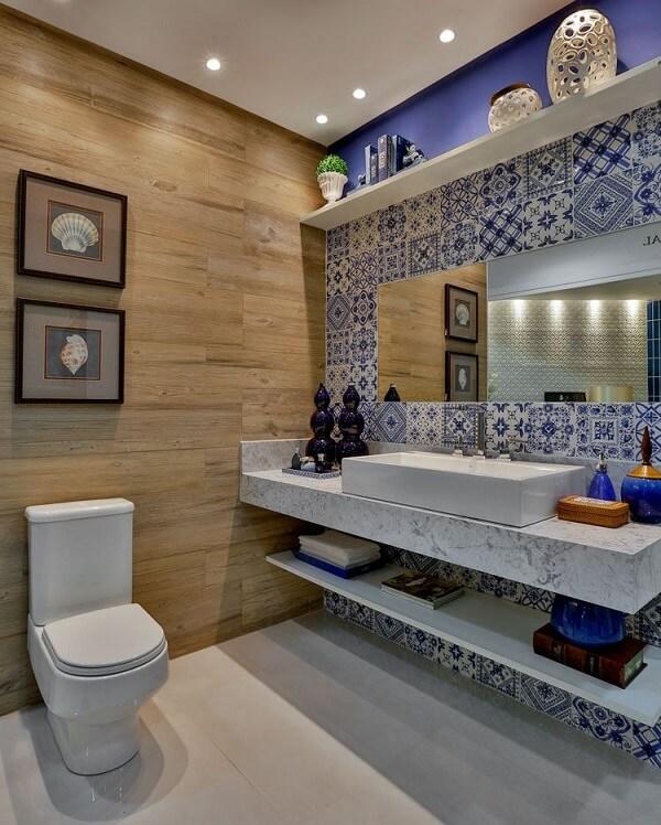 Azulejo para banheiro em patchwork se contrasta com a bancada de mármore