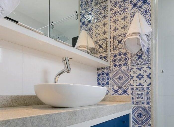 Azulejo para banheiro em tons de branco e azul