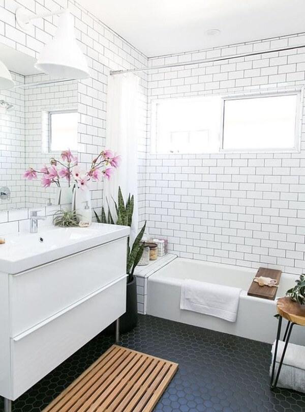 Azulejo para banheiro estilo metrô encanta a decoração do espaço