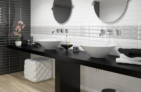Azulejo para banheiro estilo metrô se harmoniza com a bancada preta