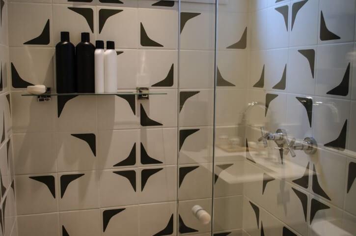 Azulejo para banheiro preto e branco Projeto de Studio Ecoara