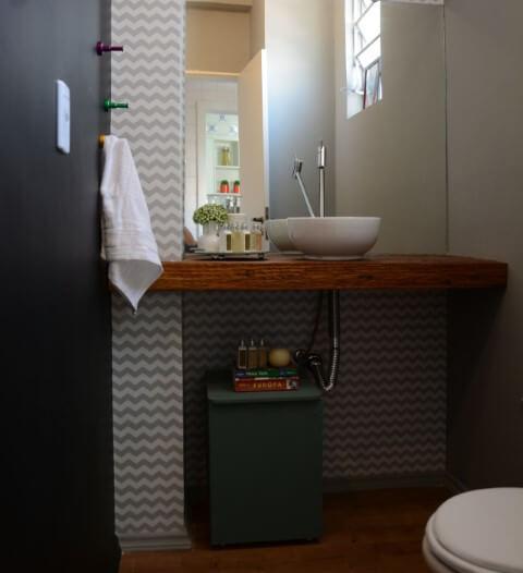 Bancada de madeira de demolição no lavabo