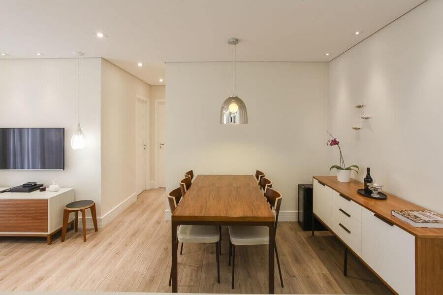 Buffet para sala de jantar de madeira combinando com a mesa Projeto de TT Interiores