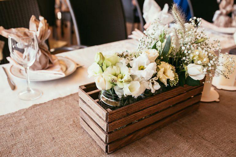 Caixinha em madeira para decoração de casamento rústico
