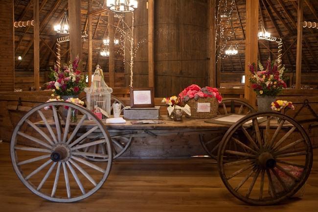 Carrinho de madeira para decoração de casamentos rústico