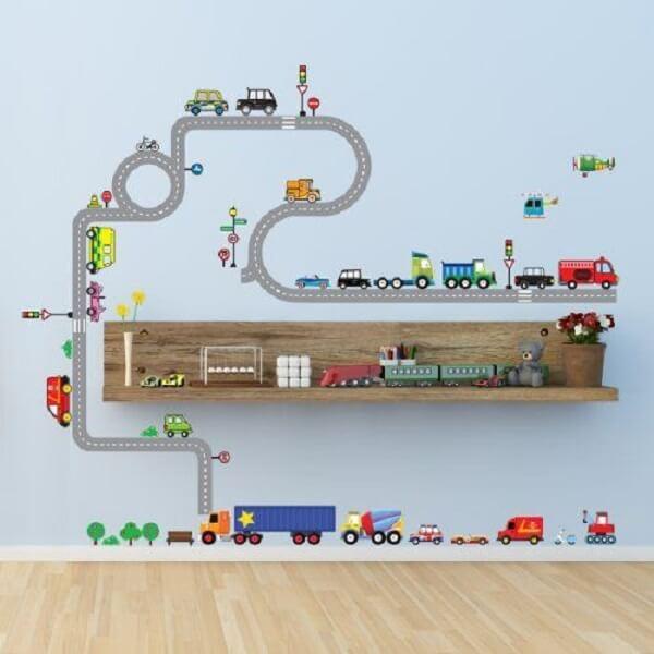 Carros, caminhões e ruas feitas em adesivos decoram a parede do quarto infantil. Fonte: Pinterest