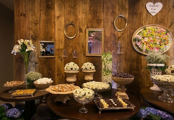 Decoração de casamento rústico com mesa em madeira