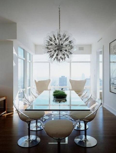 Centro de mesa com planta em mesa de vidro