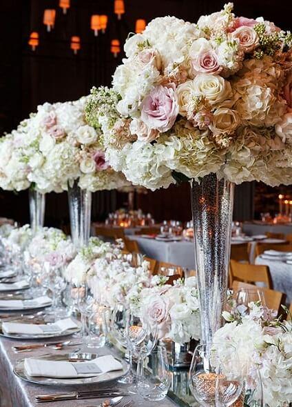 Centro de mesa de casamento alto com flores