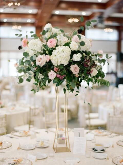 Centro de mesa de casamento com arranjo de flores