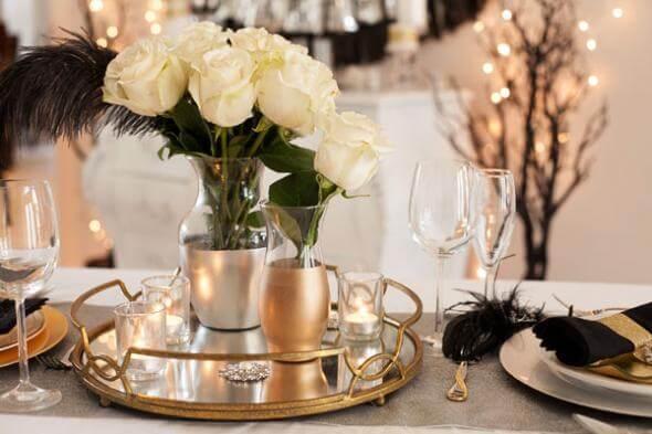 Centro de mesa de casamento com bandeja, velas e arranjos de flores