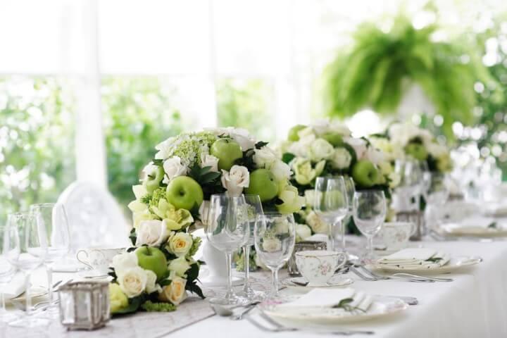 Centro de mesa de casamento com maçãs verdes e flores