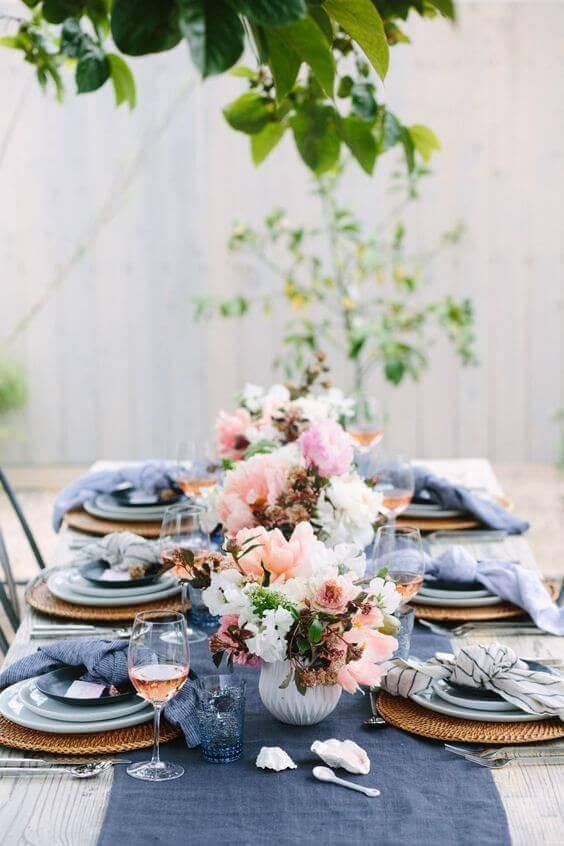 Centro de mesa de casamento com vasos de flores diversas