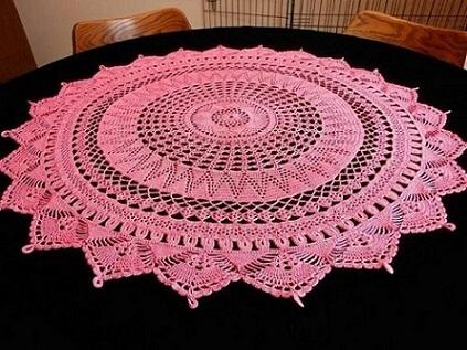 Centro de mesa de crochê arredondado cor de rosa