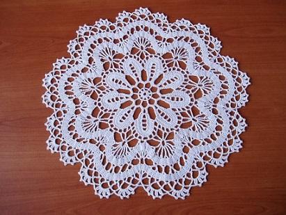 Centro de mesa de crochê branco com padrão de flor