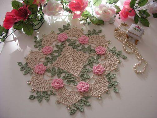 Centro de mesa de crochê com flores e folhas coloridas
