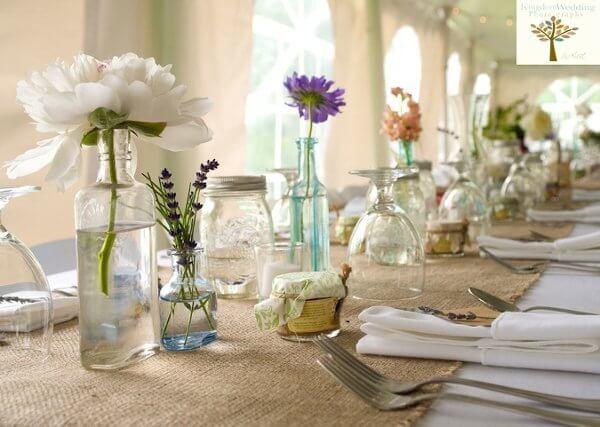 Centro de mesa de garrafa com flores