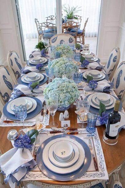 Centro de mesa de jantar azul com hortênsias