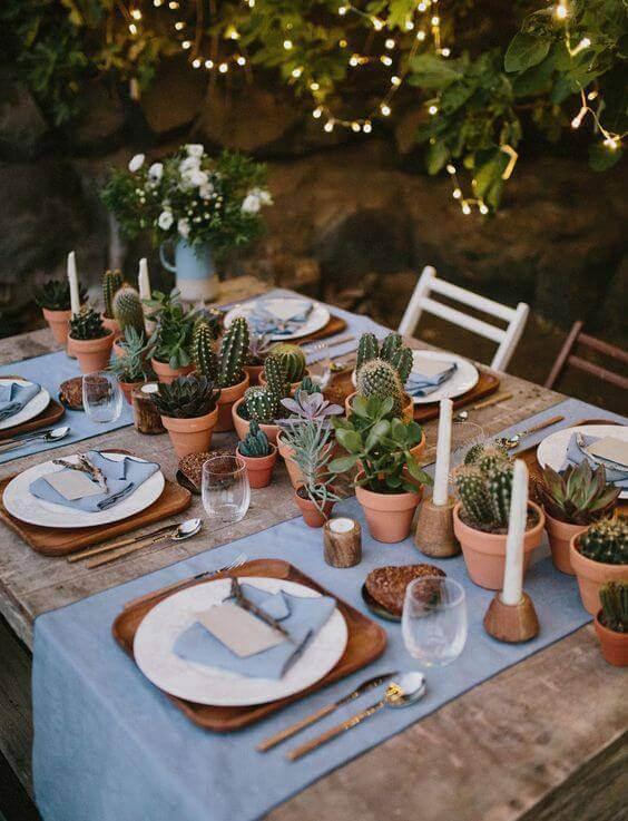 Centro de mesa de jantar com catos