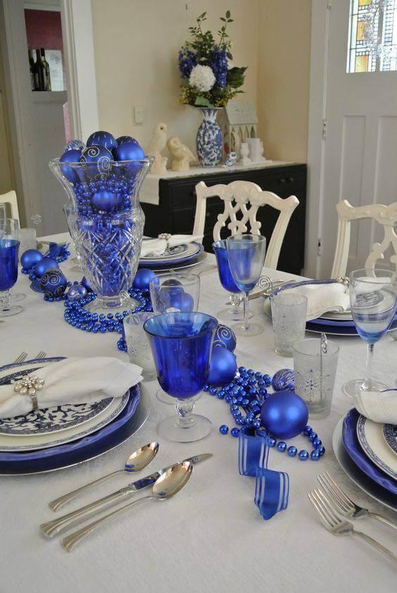 Centro de mesa de jantar com enfeites de Natal azuis