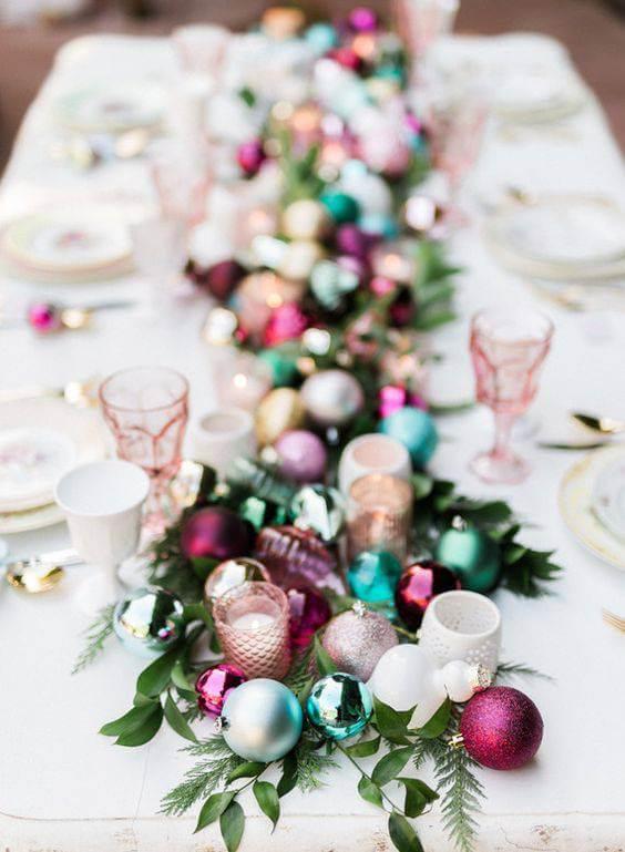Centro de mesa de jantar com enfeites de natal coloridos