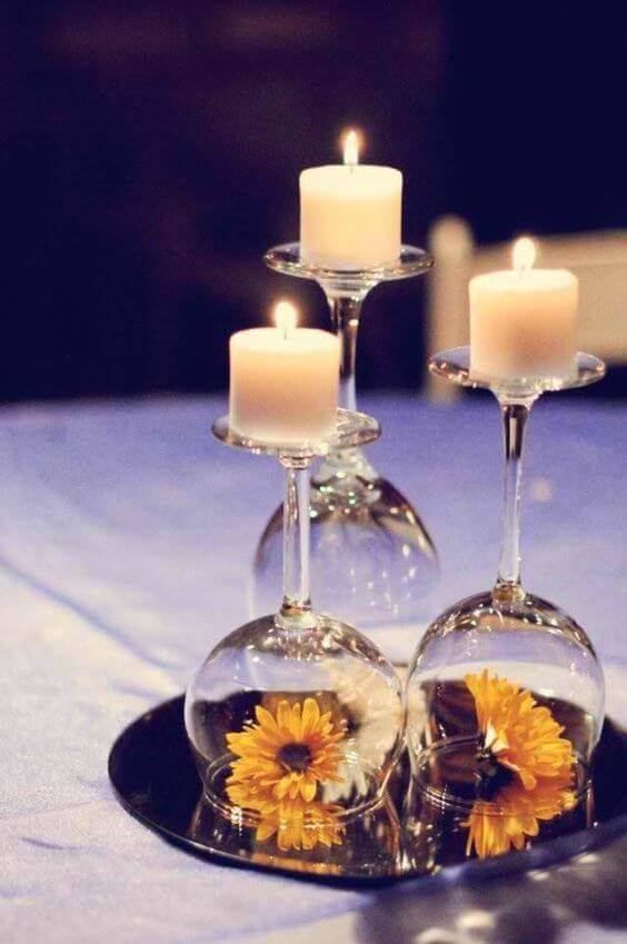 Centro de mesa de jantar com taças, girassois e velas