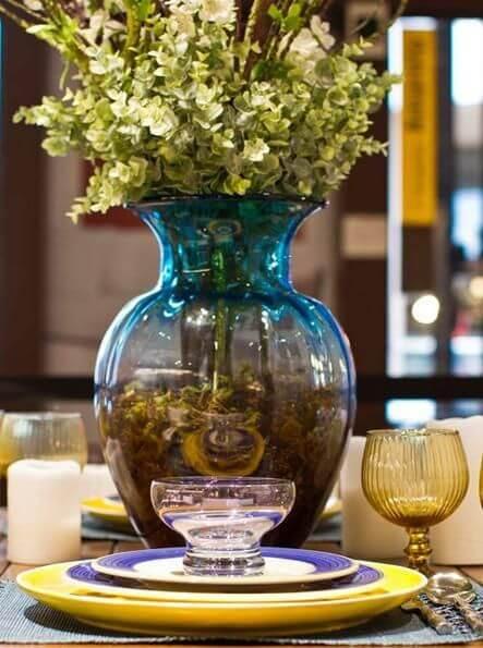 Centro de mesa de jantar com vaso azul Projeto de Patricia Aguiar e Gustavo Petina