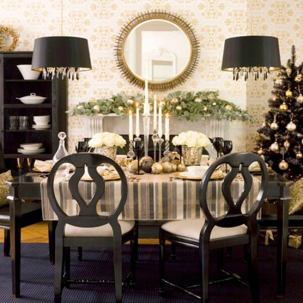 Centro de mesa de jantar com velas e arranjos de flores