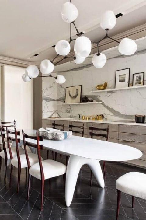 Centro de mesa de pedra em mesa de jantar oval