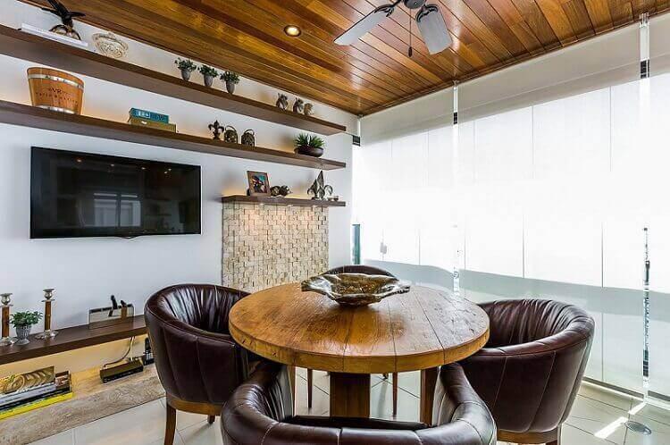 Centro de mesa em mesa de jantar de madeira