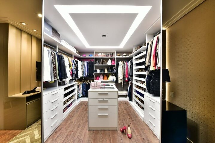 Closet cheio de roupas Projeto de Tetriz Arquitetura